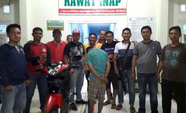 SA (22) pelaku pencurian dengan kekerasan (curas), dihadiahi timah panas Tim khusus antibandit (Tekab) 308 Polres Lampung Timur dan Polsek Pasir Sakti. (foto Humas Polres Lamtim)