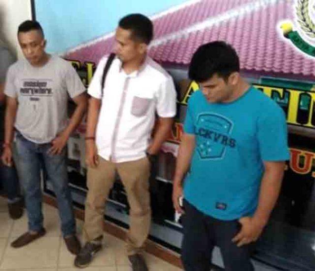 Rajiv Putra Nunyai (32), buronan terpidana kasus Bansos TIK E-Learning Sekolah Dasar (SD) di Kecamatan Blambangan Umpu, Way Kanan (kaos biru) saat diamankan di Kejati Lampung.