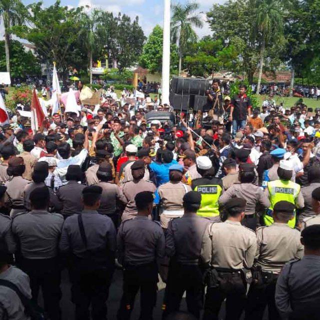 Suasana demonstrasi yang dilakukan ribuan aparatur desa untuk menuntut pembayaran tunggakan ADD tahun 2017