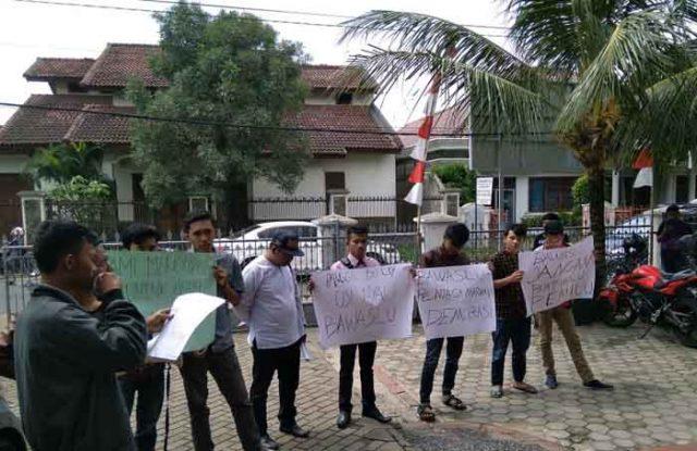 Demo aktivis Humanika di depan Kantor Bawaslu Lampung
