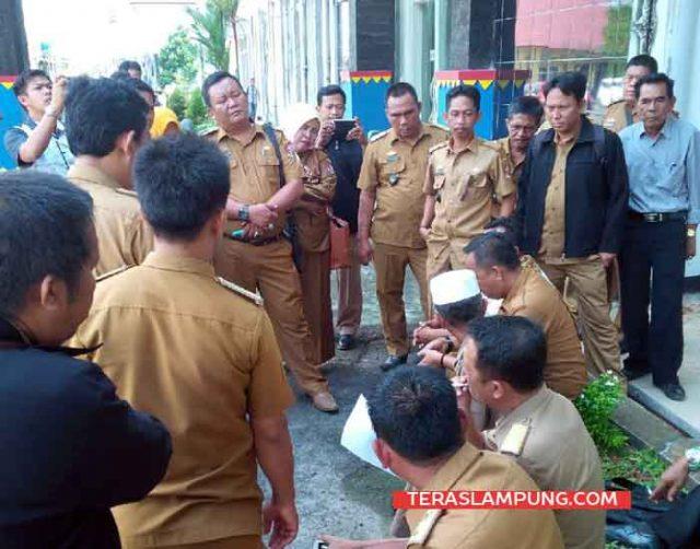 Rapat para kepala desa Lampung Utara terkait rencana aksi unjuk rasa untuk menuntuk kejelasan ADD tahun 2017. Rapat dadakan ini dilakukan di pelataran parkir kantor Pemkab Lampung Utara