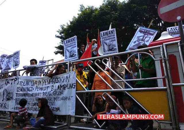 Para pedagang Pasar Griya Sukarame dan aktivis berunjuk rasa di depan Kantor Pemkot Bandarlampung, Selasa (8/5/2018).