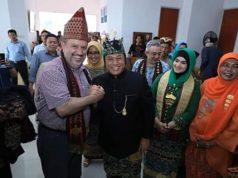 Bupati Lampung Selatan, Zainudin Hasan bersama istri mengajak para tamu dari perwakilan 8 negara sahabat tersebut untuk melihat langsung kain tapis dan tenun inuh yang ditampilkan di Dekransda Kalianda.