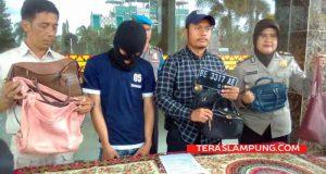 Kasat Reskrim Polresta Bandarlampung, Kompol Harto Agung Cahyono didampingi Kasubag Humas, AKP Titin Maezunah saat tunjukkan barang bukti tas yang disita dari Ismail (29), tersangka penjambretan.