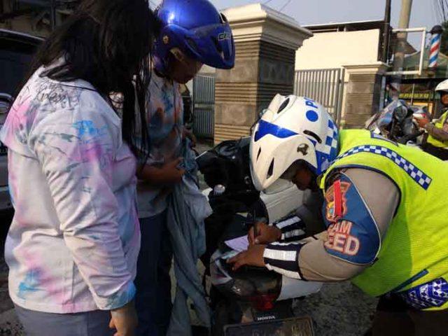 Ali ditilang polisi karena melanggar aturan lalu lintas saat konvoi di jalan raya di Bandarlampung, Rabu (2/5/2018).