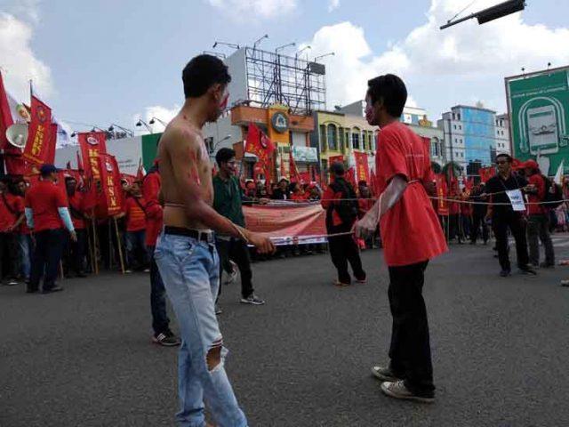 Peringatan May Day di Bundaran Tugu Adipura Bandarlampung, Selasa pagi (1 Mei 2018). Foto: teraslampung.com/dandy ibrahim