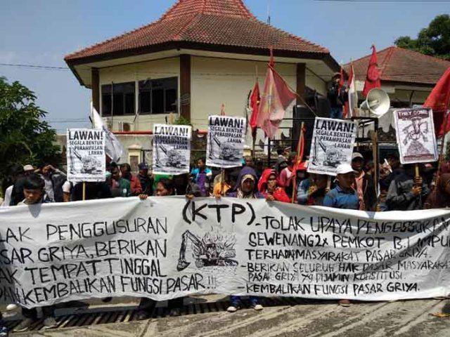 Para pedagang Pasar Griya Sukarame Bandarlampung menggelar aksi di depan Kentor DPRD Bandarlampung,Selasa (8/5/2018).