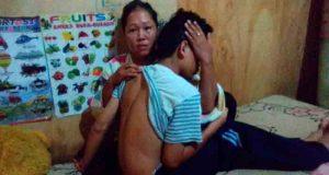 Seorang pelajar SMK Bandarlampung berinisial AP (16), warga Jalan Darusalam, Kelurahan Langkapura, Kemiling, saat dipeluk ibunya yang nyaris tewas setelah dipukuli dan diinjak-injak diduga dilakukan puluhan oknum Sat Pol PP Provinsi Lampung.