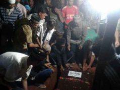 Warga memakamkan mayat HS, Kamis tengah malam (24/5/2018). HS menurut Mabes Polri adalah salah satu terduga teroris yang ditembak mati Densus 88 di Cianjur karena melawan saat hendak diringkus.