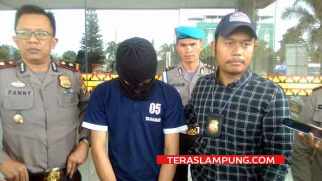 Kasat Reskrim Polresta Bandarlampung, Kompol Harto Agung Cahyono didampingi Kapolsekta Tanjungkarang Timur, Kompol Fanny Indrawan saat gelar ekpos pengungkapan tersangka Jambret Ismail (19).