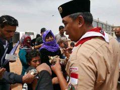Relawan Pramuka Indonesia berbuka puasa bersama para pengungsi Palestina.