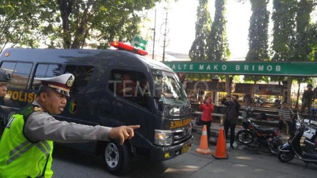 Mobil ambulance memasuki Markas Komando Brimob Kelapa Dua pasca kerusuhan yang terjadi di Rutan khusus teroris, Depok, Rabu, 9 Mei 2018. Tempo/Irsyan