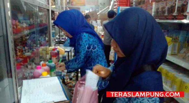 Satgas Pangan saat melakukan inspeksi mendadak (Sidak) terhadap pruduk dan pewarna makanan di pasar modern Toko Kue 'Aladin Jaya' di Jalan Jenderal Sudirman, Enggal, Bandarlampung
