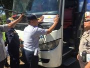 Petugas Dinas Perhubungan Lampung Utara menempel di bagian depan bus angkutan lebaran yang laik jalan.