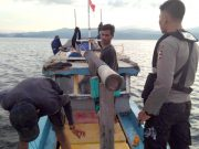 Petugas gabungan Direktorat Kepolisian Perairan Polda Lampung dan anggota Korpolairud Baharkam Polri, saat menangkap enam terduga pelaku pengeboman ikan (Ilegal Fisihing) di perairan Pulau Legundi, Punduh Pidada, Pesawaran. (Foto. Humas Ditpolair Polda Lampung)