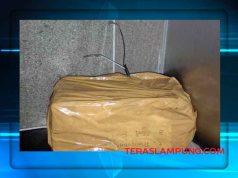 benda mencurigakan berbentuk kotak yang dilapisi lakban dan ada dua cabang kabel yang keluar diduga bom yang ditemukan di dalam kamar mandi studio (Teather) di lantai 3 Mall Transmart Lampung.