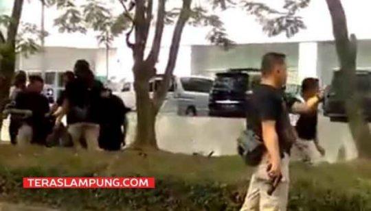 Polisi bersenjata di pistol berjaga-jaga di depan Transmart Lampung di Jl. Sultan Agung Bandarlampung, Selasa sore (15/5./2018).