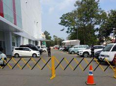 Polisi meakukan sterilsasi di areal parkir dan halaman Transmart Lampung di Jl Soekarno Hatta Bandalampung,Selasa siang (15/5/2018).