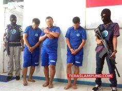 Tersangka jaringan pengedar narkoba yang diamankan BNNP Lampung, Marzuli YS (38) seorang napi pecatan anggota polisi terkait kasus narkoba (kiri), Brigadir Adi Setiawan (36) anggota polisi Polres Lampung Selatan (tengah) dan Rechal Oksa Hariz oknum Sipir Lapas Kalianda (kanan).