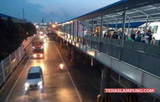 Arus mudik kendaraan dan penumpang pejalan kaki saat turun dari kapil dan berjalan menuju pintu keluar Pelabuhan Bakauheni, Lampung Selatan, Rabu (13 Juni 2018).