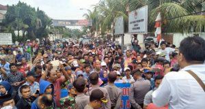 """Unjuk rasa menuntut agar Bawaslu """"tidak masuk angin"""" di Kantor Bawaslu Lampung,Kamis (28/6/2018)"""