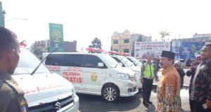 Herman HN mengecek ambulans milik Pemkot Bandarlampung, Minggu pagi (24/6/2018).