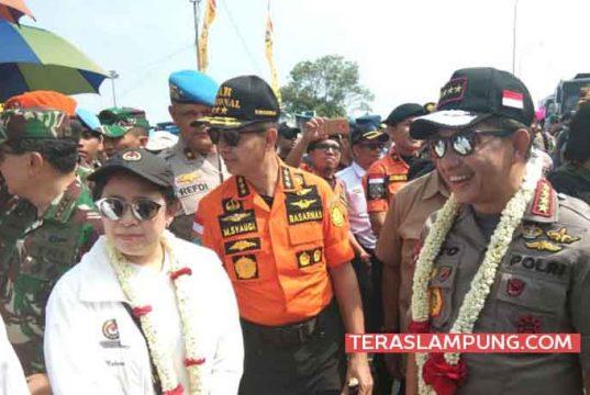 Kapolri Jenderal Tito karnavian bersama Menteri Koordinator Bidang Pembangunan Manusia dan Kebudayan (Menko PMK), Puan Maharani saat melakukan kunjungan dan memantau arus mudik di Pelabuhan Bakauheni, Senin 11 Juni 2018.