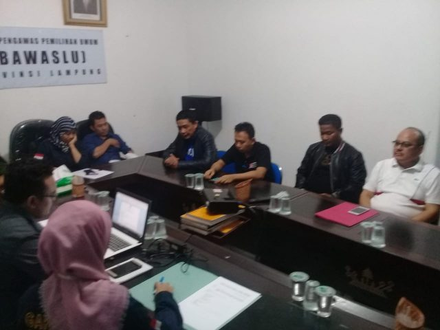 Fajrun Najah Ahmad dan Watoni Noerdin melaporkan kasus politik uang dalam Pilgub Lampung ke Bawaslu, Rabu malam (27/6/2018)