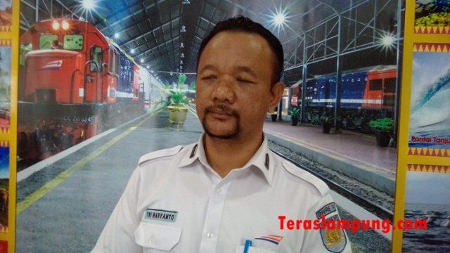 Kepala Stasiun KA Tanjungkarang, Tri Haryanto saat berikan keterangan terkait arus mudik lebaran 2018.