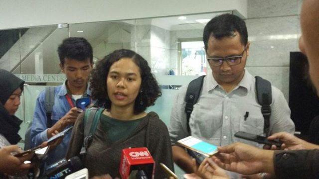 Peneliti Indonesia Corruption Watch (ICW) Lalola Ester dan Tama Surya Langkun saat melaporkan dugaan pelanggaran kode etik Ketua Mahkamah Konstitusi Arief Hidayat di kantor MK, Jakarta, 6 Desember 2017. (Foto: Tempo / Arkhelaus)