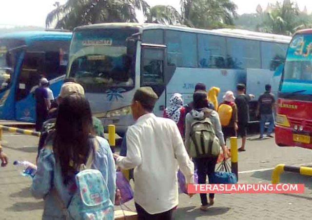 Pemudik yang tiba di Pelabuhan Bakauheni dan akan melanjutkan perjalanan dengan menumpang bus menuju ke Terminal Rajabasa, Kamis (14/5/2018).