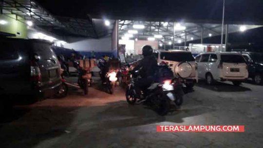 Para pemudik dengan sepeda motor beristirahat di Stasiun Pengisian Bahan bakar Umum (SPBU) Kotadalam, Kecamatan Sidomulyo, Lampung Selatan, Rabu 13 Juni 2018 dini hari.