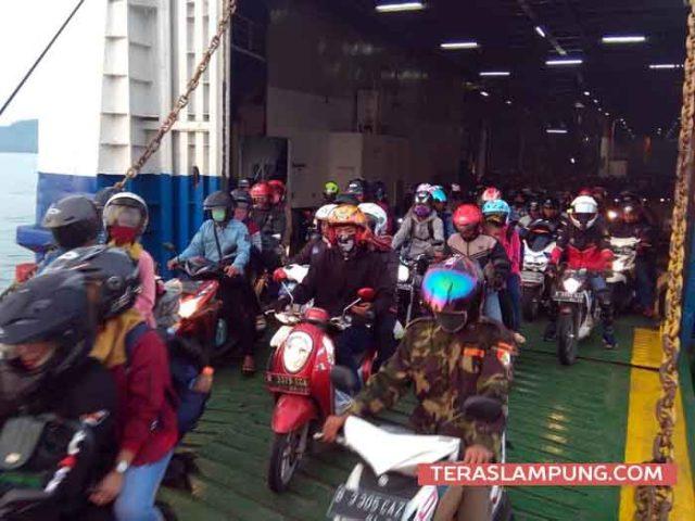 Ribuan pemudik yang menggunakan sepeda motor saat keluar dari dalam kapal roro yang sandar di Pelabuhan Bakauheni, Lampung Selatan, Rabu 13 Juni 2018. .