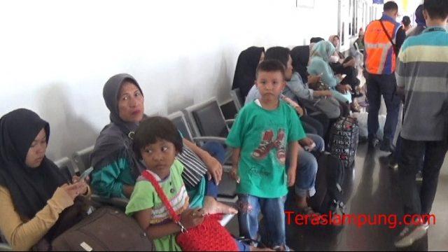 Calon penumpang di Stasiun Tanjungkarang