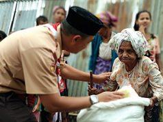 Seorang perempuan renta warga Rohingya, Myanmar, ditemui relawan Pramuka Indonesia, Sabtu, 9 Juni 2018. ,