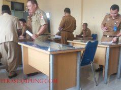 Para pejabat lama yang diberhentikan/dipindahkan oleh Pelaksana Tugas Bupati, Sri Widodo mengambil SK pengembalian jabatan mereka di BKPSDM Lampung Utara