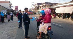 Pengurus OSIS SMPN 1 Baradatu berbagi takjil di dekat Pasar Baradatu, Way Kanan.