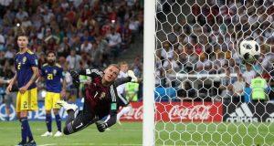 Penjaga gawang Swedia tak mampu menyelamatkan gawang. Kroos menyarangkan bola tepat di bawah mistar pojok kanan atas. (Foto: Getty Images via The Guardian)