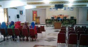 Para pejabat eselon III dan IV Pemkab Lampung Utara yang akan dilantika terlihat telah mengisi kursi yang disediakan, Kamis pagi (21/6/2018).