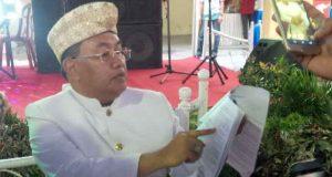 Wakil Bupati Lampung Utara, Sri Widodo menunjukkan dokumen yang dimilikinya terkait mutasi pejabat,Jumat (22/6/2018).