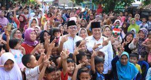 Zulkifli Hasan dan Zaenuddin Hasan bersama warga Pisang, Kecamatan Panengahan, Lampung Selatan,Senin (11/6/2018).