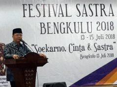 Plt Gubernur Bengkulu Dr.Rohidin Mersyah membuka Festival Sastra Bengkulu (FSB) di Gedung Daerah, Jumat (13/7) malam. Foto: Isbedy Stiawan ZS