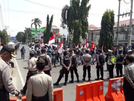 Relawan Posko Demokrasi Demo di Depan Kantor Gakumdu