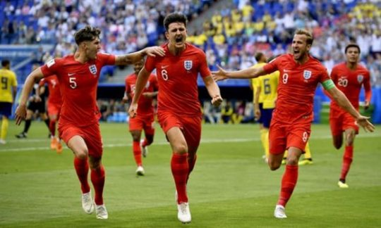 Harry Maguire dkk melakukan selebrasii setelah membobol gawang Swedia (Foto: Shutterstock via The Guardian)