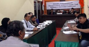 Maruaruar Siahaan (kemeja bergaris) dalam sidang money politic Pilgub Lampung 2018 yang digelar Gakumdu, Kamis (12/7/2018).