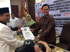 Ketua PKS Lampung Ahmad Mufti Salim (kiri) menyerahkan berkas pendaftaran 85 bakal calon legislatif (bacaleg) kepada komisioner KPU Lampung Tio Aliansyah, Senin (16/7/2018).
