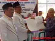 Ketua DPD PKS Lampura, Agung Utomo (tengah) didampingi Sekretaris DPD PKS, M. Nuzul Setiawan berpose bersama dengan petinggi KPU Lampura usai mendaftarkan bakal calon legislatif, Sabtu (14/7/2018).