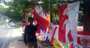 Pedagang bendera/umbul - umbul yang mengais rezeki musiman di Kotabumi, Lampung Utara