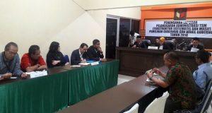 Ketua Bawaslu Lampung menyampaikan hasil pemeriksaan administrasi terkait laporan dugaan politik uang yang dilakukan pasangan Arial Djunaidi-Chusnunia Chalim, Selasa malam (3/7/2018).