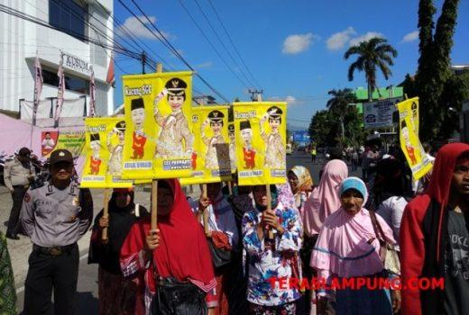 Bawa Gambar Bos SGC, Ribuan Warga Kembali Demo di Depan Kantor Gakumdu